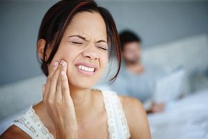 درد شدید بعد از ایمپلنت دندان به چه دلایلی اتفاق می افتد؟